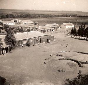 מבט-על-החצר-ממגדל-המים-שנות-ה-40